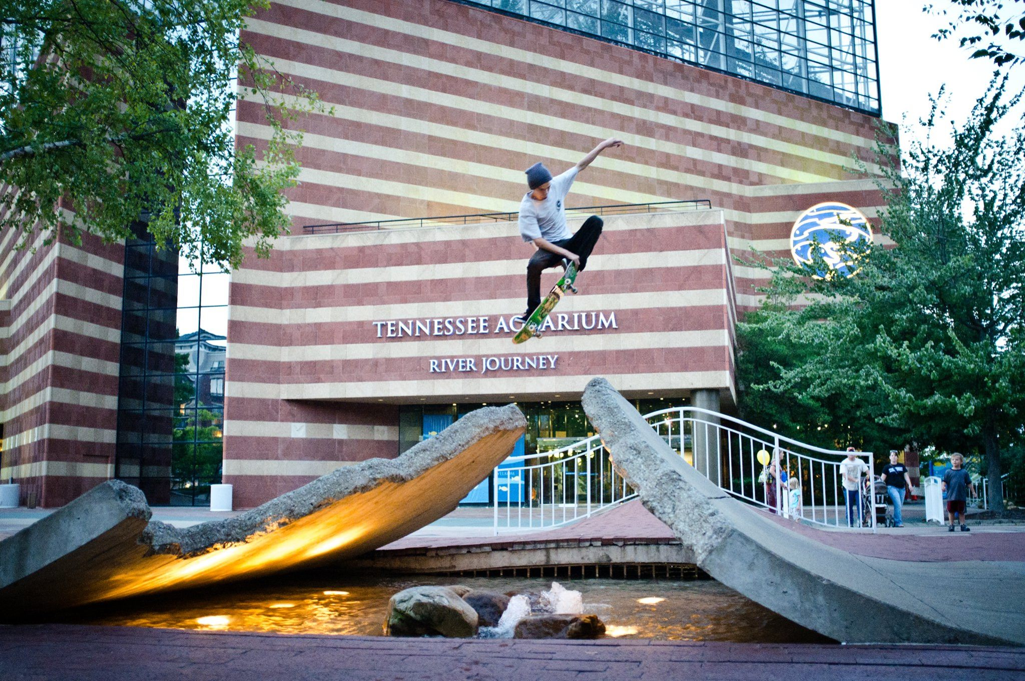 Zeke Logan Crail Grab Tennessee Aquarium